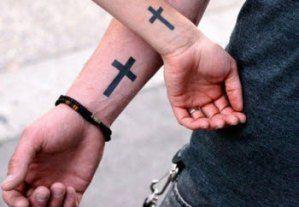 tatuajes pequeños para hombres en la mano religiosos