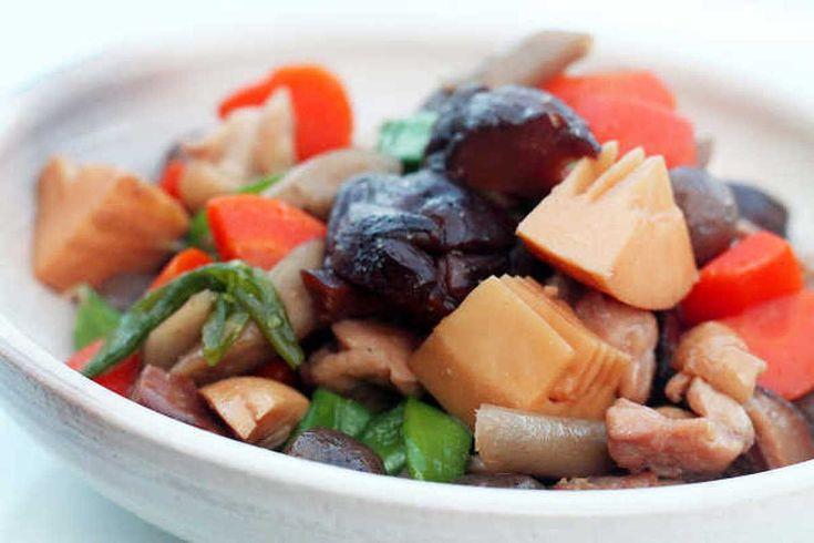 「煮ない」筑前煮! by 登志子 / 「筑前煮」というと、鶏肉や野菜を炒めてだしで煮込んで味をつけるお料理です。ですが・・・・だしも使わず、干し椎茸も戻さず、煮くずれもなく仕上げました。初めに野菜をゆでて、その後「きんぴら」みたいに炒めて仕上げます。できあがりは、どう見たって「筑前煮」なんですよ! / Nadia