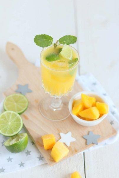 <p><b>Wanneer je graag een cocktailtje drinkt, maar toch liever zonder alcohol dan is deze mango variant op de mojito een ideaal drankje voor jou! En het is ook nog eens supersimpel te maken!</b></p><br><ul><li><b>1.</b> Mix de bevroren mango, het kokoswater en de uitgeperste limoen tot een glad mengsel in de blender.</li><li><b>2.</b> Voeg de in stukjes gesneden limoen en muntblaadjes toe. Gebruik een cocktail stamper (of de achterkant van een houten pollepel) om de smaken vrij te laten…