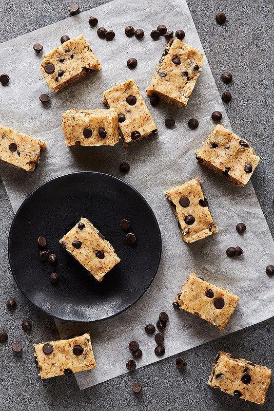 Grain-free No Bake Chocolate Chip Protein Bars // @tastyyummies // www.tasty-yummies.com
