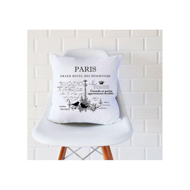 Biała poduszka marki French Home ozdobiona napisem Paris oraz motywem żyrandola z ptaszkami. Dzięki takiej dekoracji przeniesiemy się w prawdziwie bajkowy świat, chociaż na moment.