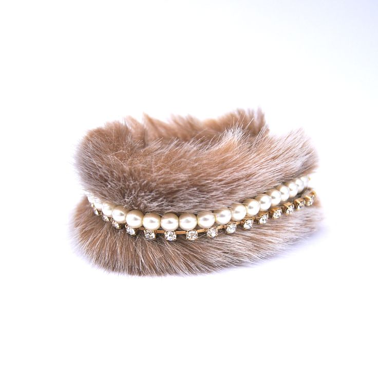 Faux fur bracelet with pearls.  ファーブレスレットとパール。#ファー#ブレスレット #毛皮 #温かい #アクセサリー #ジュエリー