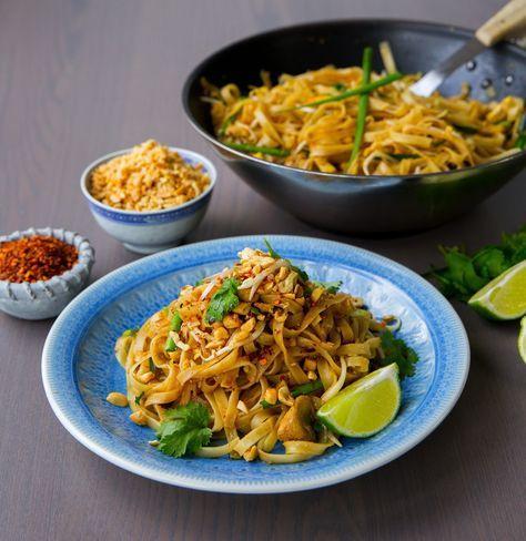 """Igår lyckades jag slänga ihop en magiskt god pad thai. Åh den blev så himla bra!! Receptet fick jag av en thailändsk försäljare som jobbar i en asiatisk livsmedelsbutik, Thailaan Supermarket. Jag blev så glad när hon tog sig tid att visa mig runt i affären och förklarade detaljerat hur man lagar """"The best Pad Thai EVER"""". Jag fick till och med ett skrivet recept med mig hem, så underbart. Jag gjorde lite förändringar i receptet jag fick från affären och det blev hur bra som helst. Jag har…"""
