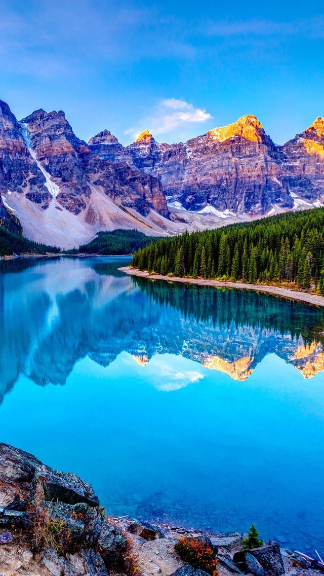 Moraine Lake, Banff. What a beautiful mountain and lake scene