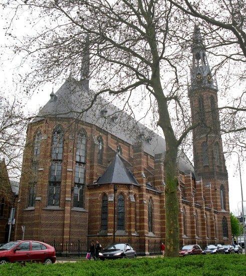 De Sint Jozefkathedraal in Groningen, architect Pierre Cuypers. Het ontwerp van de toren is op twee punten bijzonder: de zeskantige vorm en het gebruik van gietijzer als materiaal voor de 76 meter hoge torenspits.