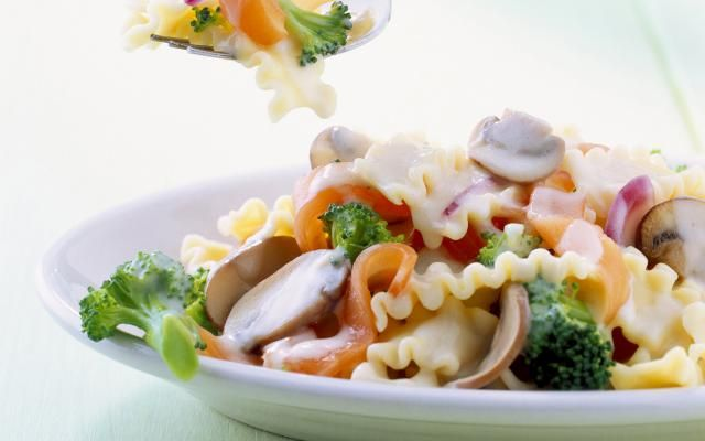 Pasta met broccoli, gerookte zalm en champignons