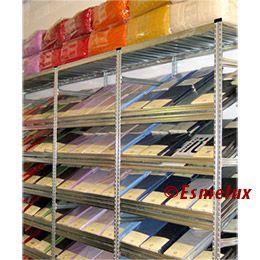 Estanterías metálicas con estantes inclinados para mejor exposición del producto. https://www.esmelux.com/galeria-de-shopfitter