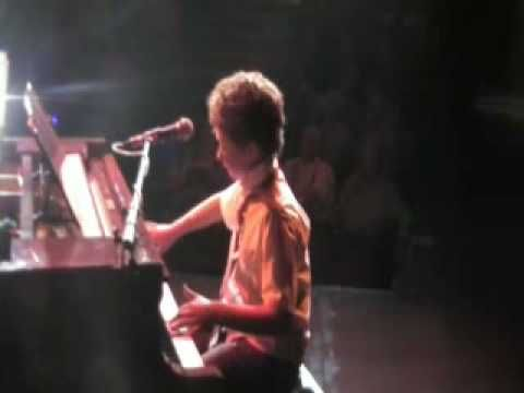 ▶ Boogie Woogie Boy - YouTube Vince, The Jive Aces pianist, has injured his hand. What next? Could someone from the audience help out the band?