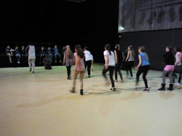 De jongens kijken naar de dansende meiden