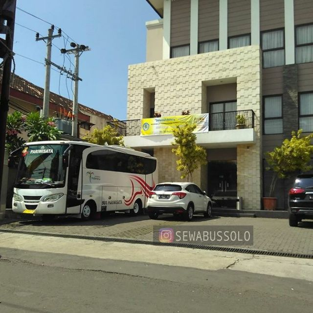Sewa Bus Pariwisata Solo ukuran medium seat 31 buatan tahun 2012 tersedia dengan harga murah dengan persyaratan mudah di Mita Transport Jog...