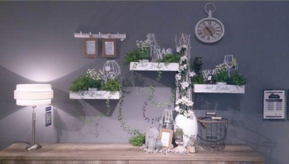 wandstyling, inspiratie, klok, kratten, krat, lamp, kapstok, decoratie, styling, natuurlijk, fotolijst, groen, plant, bloemen, takken, mand, waxinelichthouder, pronto wonen