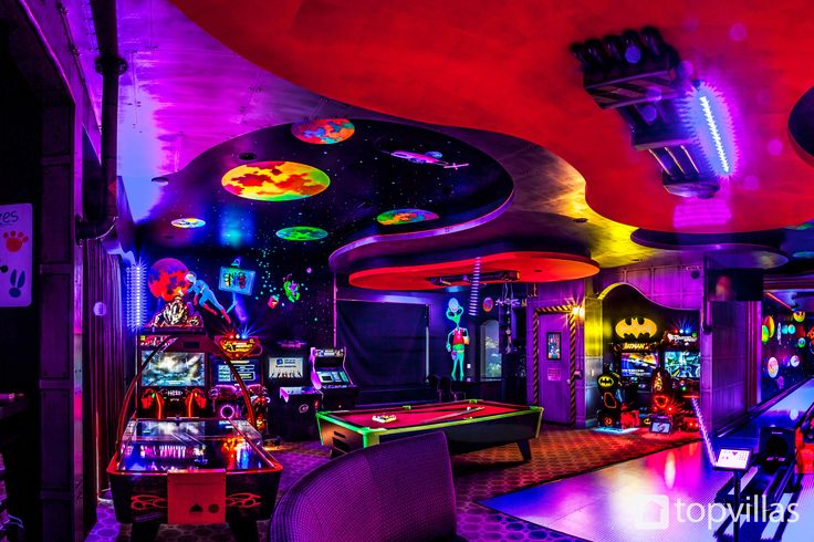 Boasting one of the most incredible games rooms packed with a bowling alley,arcade machines and more! Found in the luxurious Orlando villa, Reunion Resort 10000 #gamesroom