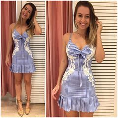 Pq quando a gente ama o vestido sai assim na foto: felizona! Que coisa mais linda da vida esse vestido de #vichy azul com guipir e lacinhos ✨ compre pelo 17 99662 7404 #vestido