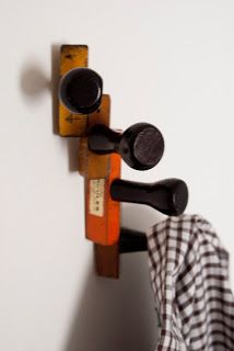 VOQ? nothing is lost, everything is transformed: Pendurador de roupa com carimbos - Cloth hanger with wooden stamps