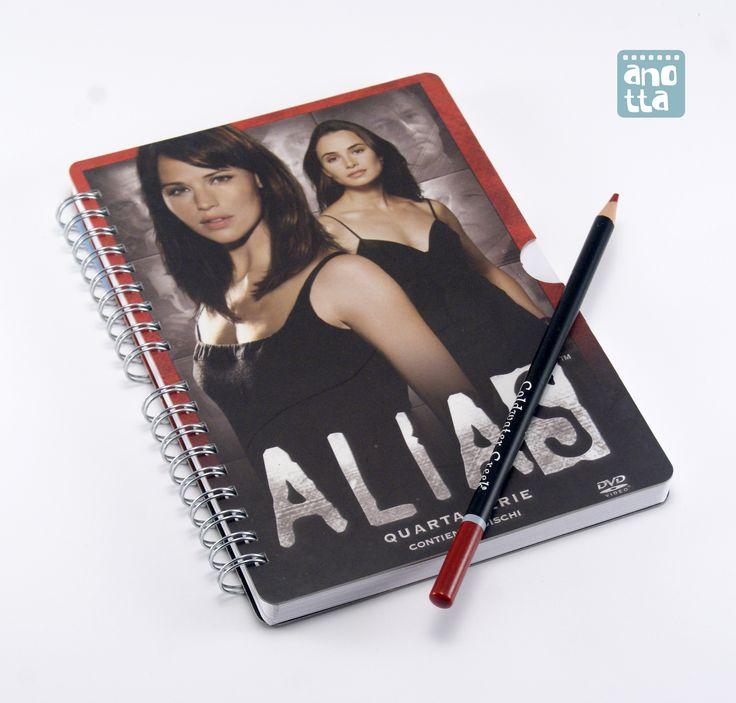 Libreta hecha a mano reciclando la carátula de una serie de TV en DVD.