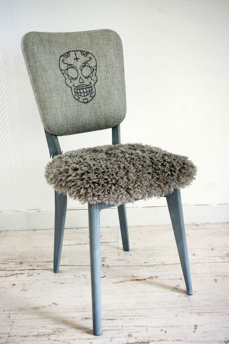 La dernière chaise de l'année 2015 que je n'avais pas eu le temps de présenter ici! Chaise rétro, dont le piètement à été peint en gris pale tout doux puis patiné à la cire? L'assise est en mousse (refaite), et habillée d'une fausse peau de mouton grise...