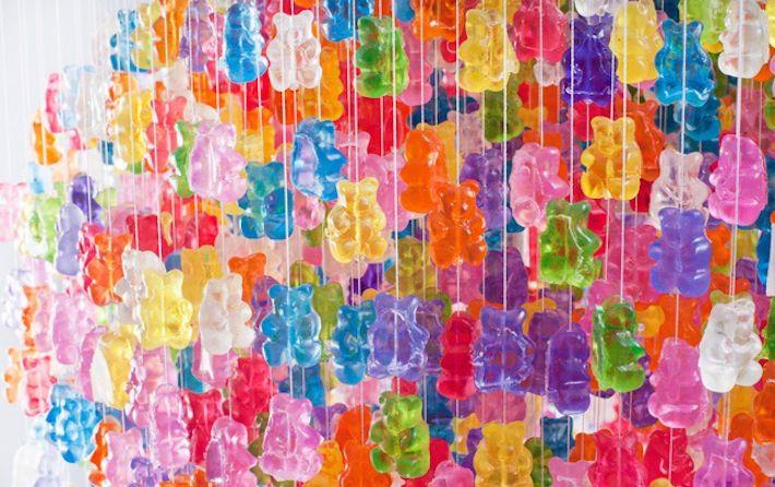 Kevin Champeny è un artista molto originale ma, ci scommettiamo, dotato di un cuore molto tenero. Ha recentemente creato infatti questo lampadario di 3000 orsetti di gomma in acrilico, uguali a quelli che adoriamo mangiare da quando siamo piccoli.