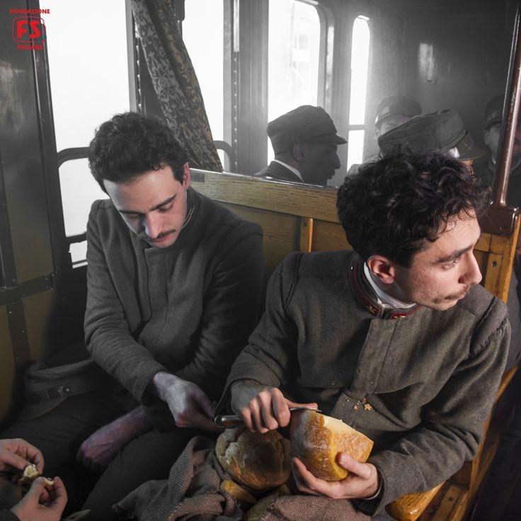"""Dal film """"Un viaggio di cento anni"""", di Pupi Avati, soldati a bordo di una vettura Centoporte"""