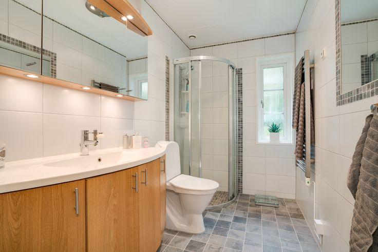 snyggt badrum i jordnära färger