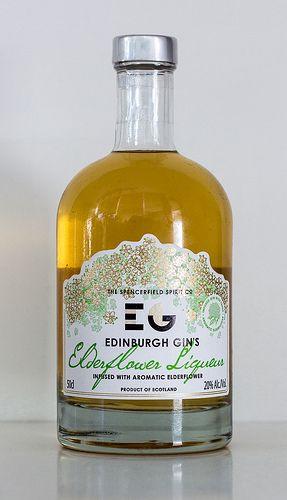 Nein, wir haben hier keinen Gin. Der Edinburgh Gin Elderflower Liquor ist ein Holunderblütenlikör, der auf Basis des Edinburgh Gin hergestellt wurde. Frische, handgepflückte Holunderblüten geben dem Gin aus dem Hause Edinburgh Gin Distillery ihren Geschmack und bilden so diesen Likör. Von Edinburgh Gin Likören sind noch weitere Sorten zu haben. So finden sich Raspberry und Rhabarber Ingwer i ...
