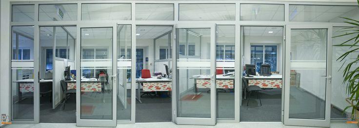 Ścianka działowa z profili ALU wypełnienie szkło więcej zdjęć na http://www.projektmebel.pl/oferta/scianki-i-przegrody