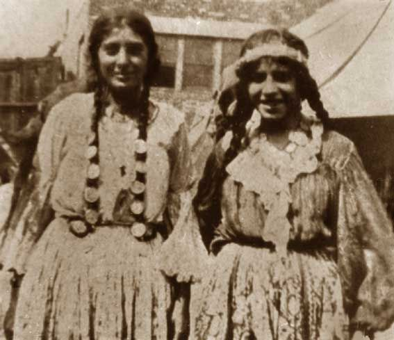 Kalderari gypsies 1920. The Kalderari or Kalderash is a group of Vlax Romani-speaking people in Europe. Many of these groups live in the Ukraine and Moldova. They are regarded as a tribe within the Roma.