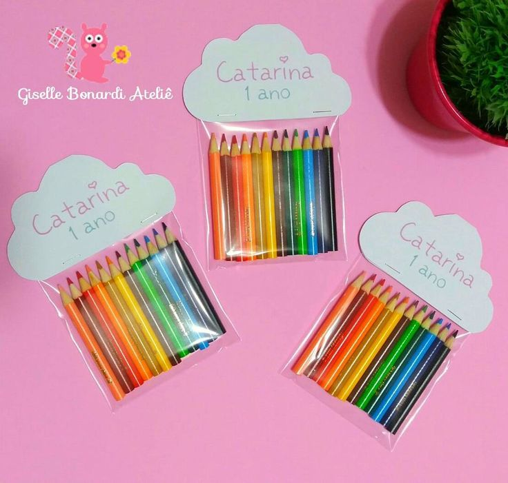 ♡ Genteeee!! Olhem a novidade! Opção de lembrancinha super fofa no tema Chuva de Amor: Mini lápis com lapela personalizada. ☁☔✏ Mais um produto dessa linha que já é sucesso na loja! Xonei! ♡ #lembrancinhas #lembrancinhachuvadeamor #chuvadeamor #lembrancinhalapis #lembrancinhalapisdecor #lembrancinhapersonalizada #lembrancinhaarcoiris #festainfantil #festachuvadeamor #festaarcoiris #festanuvem #handmade #rainbownparty #rainparty #cuteparty
