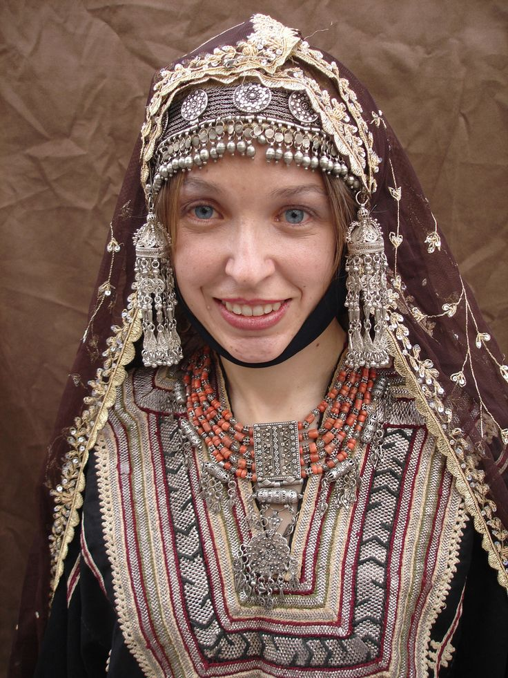 Traditional yemeni wedding jewelry and clothes coral for Ancient jewish wedding dress
