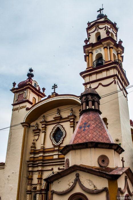 Decoración de la iglesia.  #wedding #bodas #bodamexicana #arras #bodaporlaiglesia #bodacatolica #rosario #padrinos