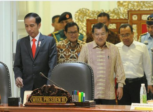 Presiden Jokowi bersama Wapres Jusuf Kalla memasuki ruang sidang kabinet, di Kantor Presiden, Selasa (11/4) siang JAKARTA ,11 Apr 2017-Presiden Joko Widodo menginginkan agar pelaksanaan pembagian d…
