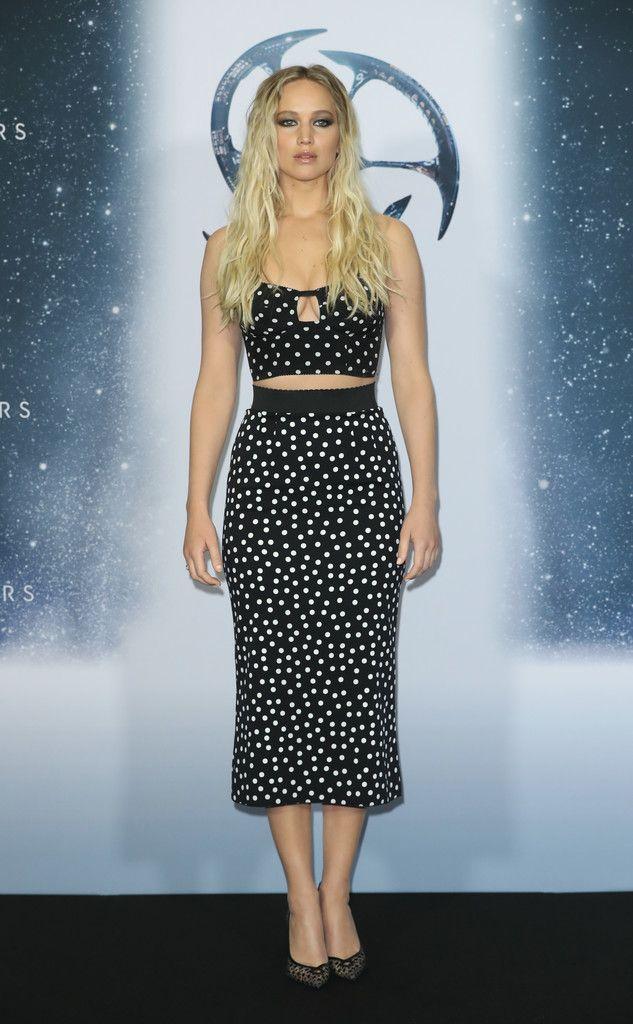 Jennifer Lawrence, en el photocall de Passengers en Berlin, con un conjunto de crop top y falda de lunares de Dolce & Gabbana primavera 2016. Los zapatos son de Louboutin.