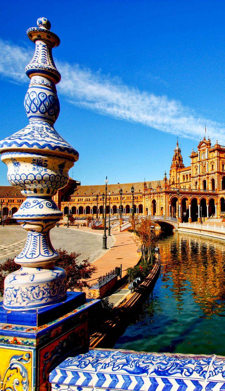 Puente de la Plaza de España en Sevilla, el principal destino de Andalucía, España