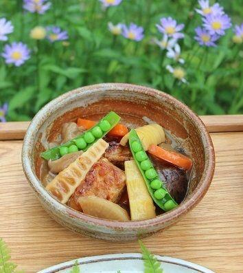 「淡竹とテンペの中華風煮もの」。 友人からもらったテンペ。 大豆を発酵させて作るインドネシアの伝統料理。 ソテーして醤油で下味をつけました。 干し椎茸や人参、黒きくらげ、大根などと一緒に煮て 葛でとろみをつけて米酢と醤油、甜菜糖で甘酸っぱく味つけ。 淡竹は煮る前はこんな感じ。
