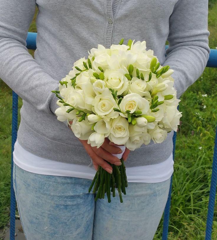 Svadobná kytica v krásnych čistých bielych tónoch. Kombinácia ruží a jemných frézií :) #wedding #weddingbouquet #roses #svadobnakytica #svadba #slovakia
