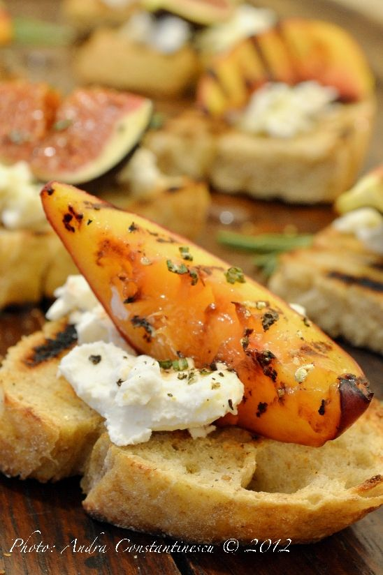 Crostini cu branza de capra si fructe de toamna la grill [lacto-vegetarian] - Menta & Rozmarin