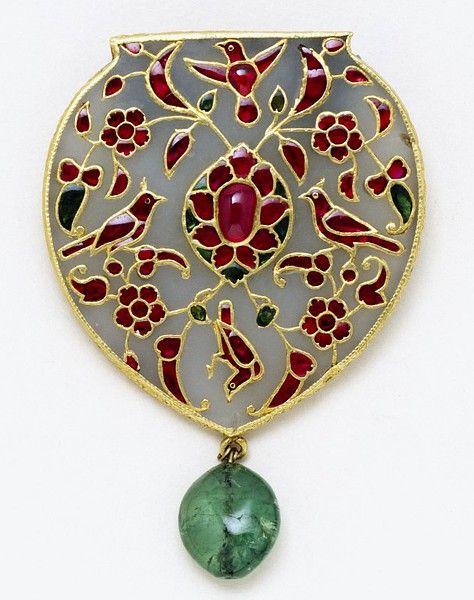 Pendentif Inde ou Pakistan, début du 17e siècle. Jade néphrite blanc, sertie de rubis et dé émeraudes en or, thenique kundan. V