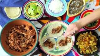 Cómo hacer tacos al pastor. Ingredientes Porciones: 10. 1 kilo de lomo de cerdo (terderloin), cortado en filetes delgados3 chiles guajillo, desvenados y despepitados2 chiles anchos, desvenados y despepitados2 chiles chipotle en adobo2 dientes de ajo machacados1 cebolla en trozos1/4 de taza de vinagre1/2 taza de jugo de naranja1 taza de piña picada3 clavos de olor1 cucharadita de comino1 cucharadita de orégano1 jitomate asado, pelado y sin semillas1 cucharada de salPara servirTortillas de…