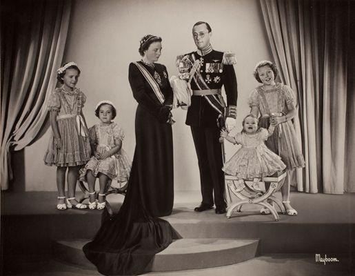 Het koninklijk gezin op de dag van de inhuldiging van Koningin Juliana, 6 september 1948. Van links naar rechts: Prinses Irene, Prinses Margriet, de Koningin, Prins Bernhard, Prinses Christina en Prinses Beatrix. Hoffotograaf Marius Meijboom (1911-1998) maakte dit portret, dat ook als prentbriefkaart een brede verspreiding kreeg. © Koninklijk Huisarchief