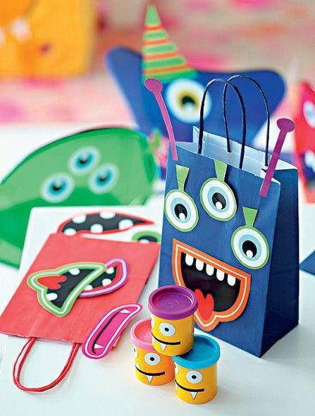 Bolas de isopor, massinha, olhos e bocas de papel: deixe a criançada criar seus monstrengos