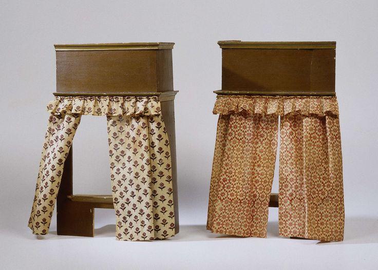 Anonymous | Gordijn voor bedstede, van bedrukte katoen., Anonymous, c. 1690 - c. 1710 | Gordijn voor een bedstede, vervaardigd van bedrukte katoen met een gestileerd motief van ranken en rozetten in bruin-rood op een witte achtergrond. Het gordijn hangt met banden, die door koperen ringen zijn gehaald, aan een koperen roede met oog aan één zijde. Door de ringen beurtelings gedraaid aan de roede te schuiven ontstaan plooien.