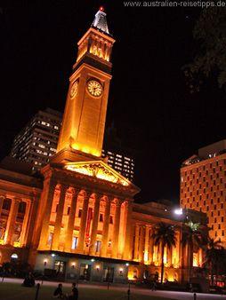 Brisbane City Hall - das Rathaus von Brisbane. Über lange Zeit war der Uhrenturm das höchste Gebäude der Stadt. Heute ragt der Turm zwar nicht mehr zwischen den Hochhäusern hervor, ist aber immer noch ein schöner Aussichtspunkt. Das Stadtmuseum im Rathaus ist kostenlos, ebenso wie die Fahrt mit dem Aufzug in den Uhrenturm.