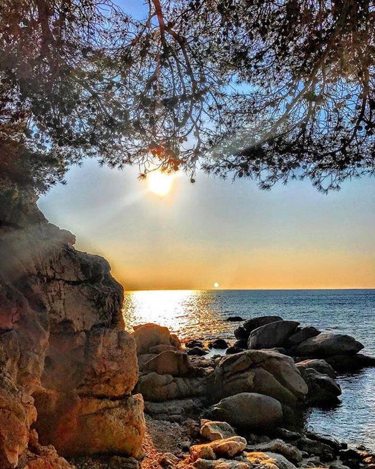 #Repost  Thanks! @joanplanasbarbe  Las personas se equivocan esperando todo un año para que lleguen las vacaciones incluso toda una semana para el finde. Es como esperar todos los días de tu vida para una sonrisaFeliz viernes Instagramers#loves_sunset #emporda #visitemporda #spain_bestsunset #spain_bestsky #police_landscapes #calonge #calongestantoni #sol_y_siluetas #perdutspercatalunya #palamos #palamosonline #igerspalamos #postadesol_cat #descobreixcatalunya #fotopremios…
