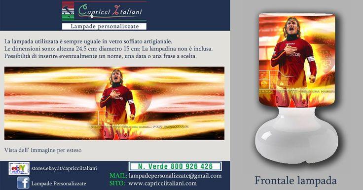 Lampada da tavolo in vetro soffiato a bocca, personalizzata con l'immagine di Totti. Altezza 24,5 cm- diametro base 15 cm- diametro paralume 14 cm - lunghezza filo elettrico 2 mt. La lampadina non è inclusa (max 40W).
