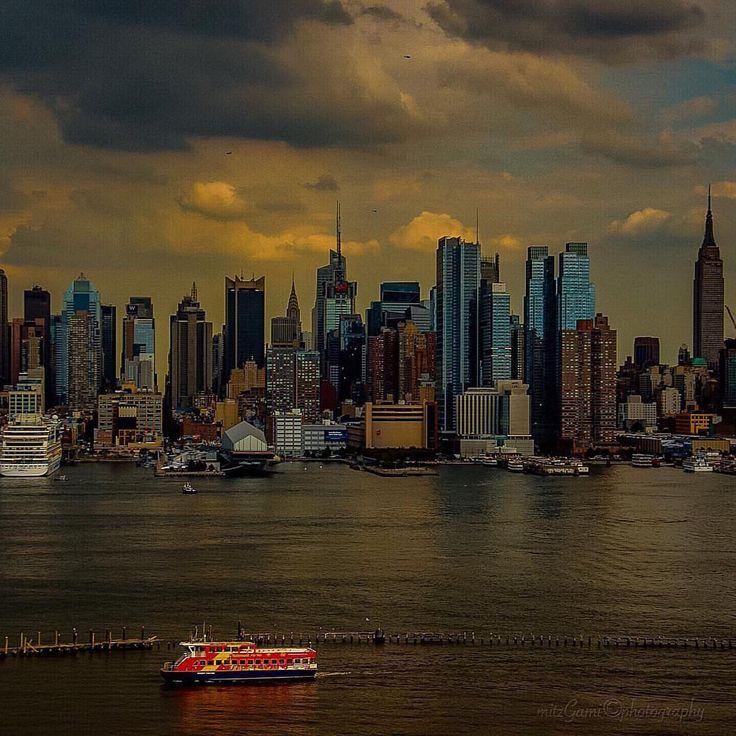 Manhattan Skyline by @mitzgami #newyorkcityfeelings #nyc #newyork