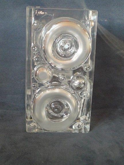 Modernistiske vaser, Josef Schott, Smålandshyttan - FINN Torget.  16 cm høy. Formgitt av Josef Schott for svenske Smålandshyttan på 1970-tallet. Usignert. Vasen har et relieffmønster som består av ulike sirkler - typisk for Schott. Vekt 960 gram. 10