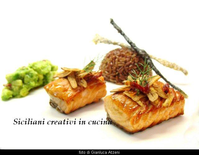 Salmone con riso rosso, aglio fritto e avocado