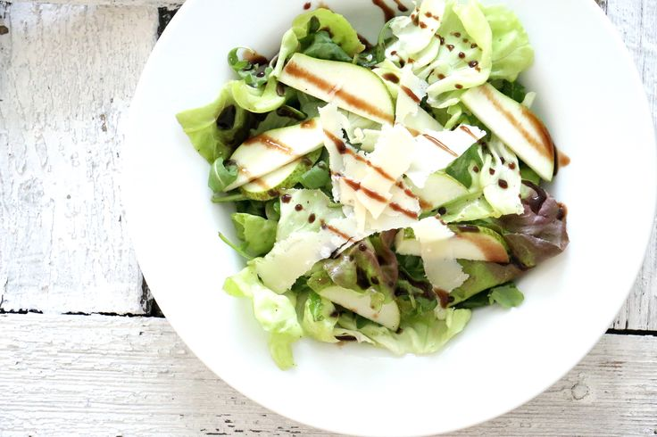 Autumn salad with argula, pear, lettuce and Parmesan cheese, recipe in German / Herbstsalat mit Rucola, Birne, Blattsalat und Parmesan, Rezept auf Deutsch  #Parmesan #Salad #Autumn #Herbst #Salat #ParmigianoReggiano