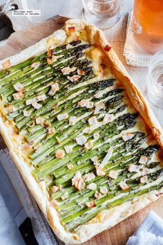 Tarta de espárragos y queso. Receta para el Día de la Madre con fotografías del paso a paso y recomendaciones de cómo servirla. Recetas de entrantes caliente...