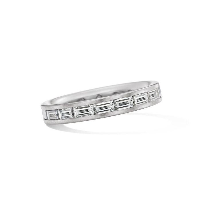 Weißgold-Ring mit Diamanten im Baguette-Schliff. Wundervoll inszeniert, klare Formen mit großem Gefunkel! #Marrying#Diamanten#Memoire#Eternity#Verlobung#Hochzeit