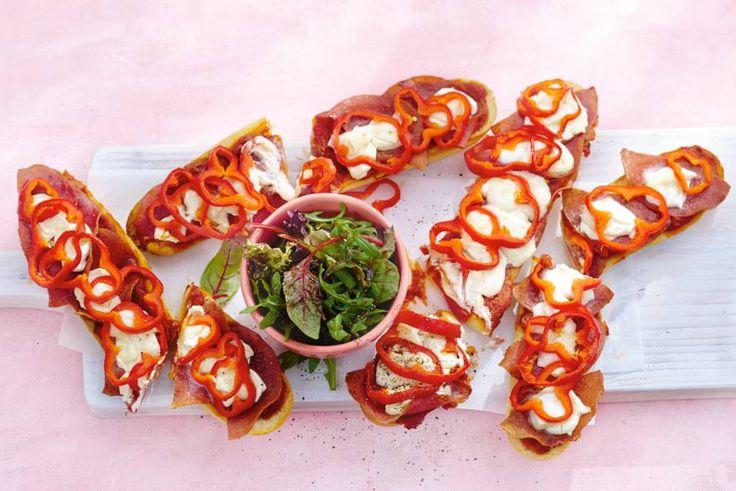 Kijk wat een lekker recept ik heb gevonden op Allerhande! Pizzabaguettes met paprika en salami